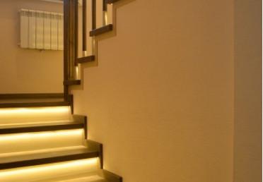 Подсветка деревянной лестницы